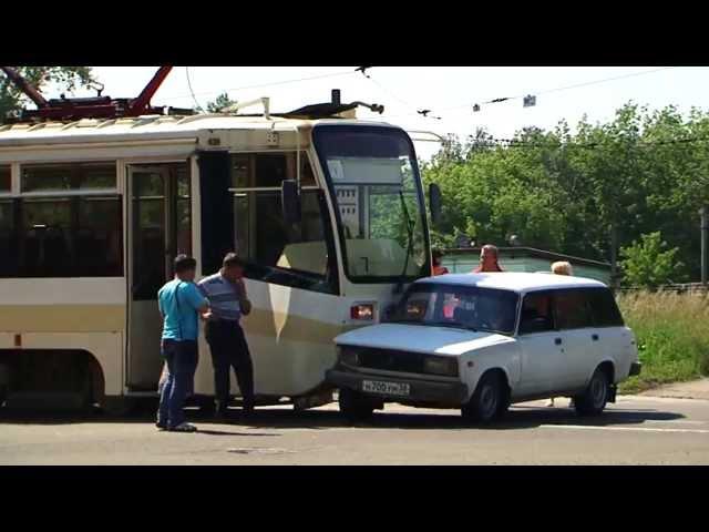 Рассеянный водитель «Жигулей» протаранил трамвай