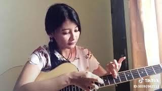 Lihat Aksi Main Gitar Cewek Ini Keren Bangetz