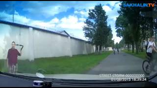 В Южно-Сахалинске автомобилист догнал велосипедиста на тротуаре