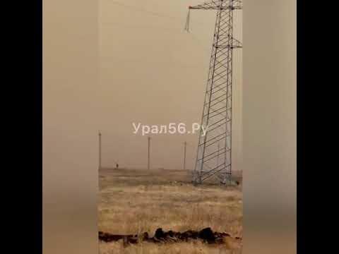 Сильный пожар в Медногорске тушат встречным огнем (видео)