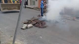 Após novo acidente moradores interditam avenida em Itamaraju