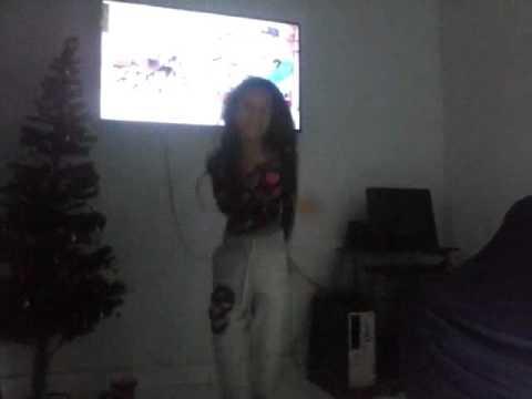 Menina de 12 anos dançando funk.. Kika e desliza