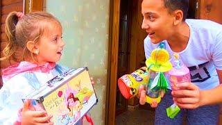 Одни ДОМА Нашли СУНДУК с ИГРУШКАМИ и сладостями Поделили игрушки КОСМЕТИЧКА для детей