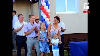 Власти подарили пылесос и телевизор семье в новом доме «Залива»