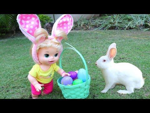 La muñeca Baby Alive Sara buscando muchos Huevitos de Pascua con un Conejito de verdad!!! TotoyKids