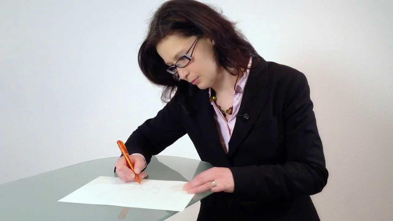 Standbild aus Unternehmensfilm: Frau an Schreibtisch