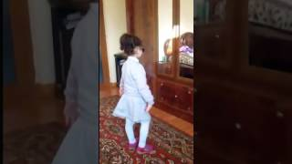 Маленькая  девушка красиво поет и танцует / A small beautiful girl beautifully sings and dances. /