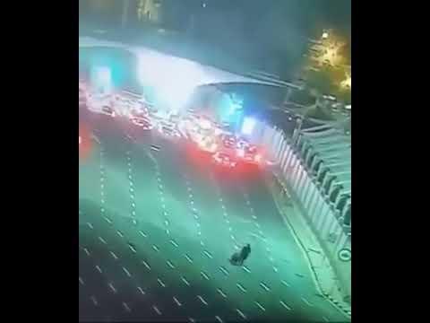 شاهد.. مواطن يعود وحيدًا من جسر الملك فهد بسبب لقاح كورونا