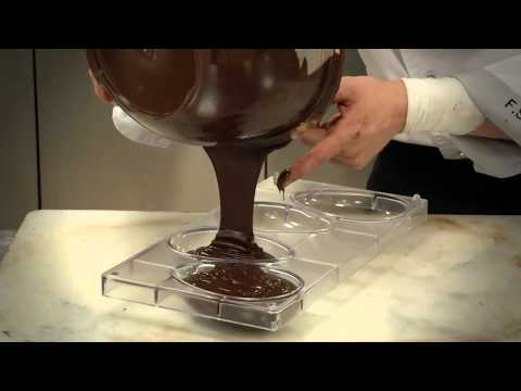 Como rellenar un molde de chocolate de Pascua / How to fill a mold to make a chocolate Easter egg