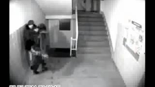 Извращенец напал на девушку в подъезде