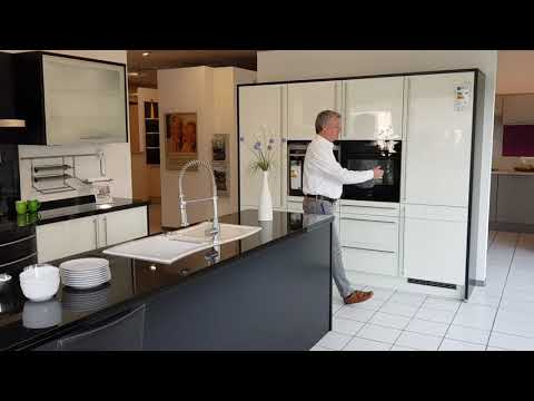 Moderne Küche mit weißen Hochglanz- Lack- Fronten  Modell 2020