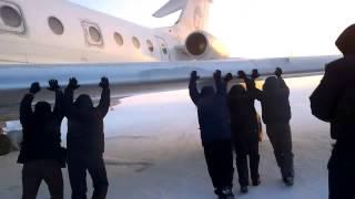 Смотреть онлайн Пассажиры толкают самолет в Красноярском крае