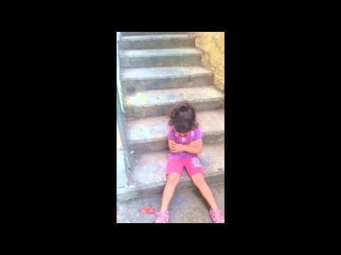 ילדה קטנה ומצחיקה שרוצה להחליף את העדה שלה – פשוט קורע!
