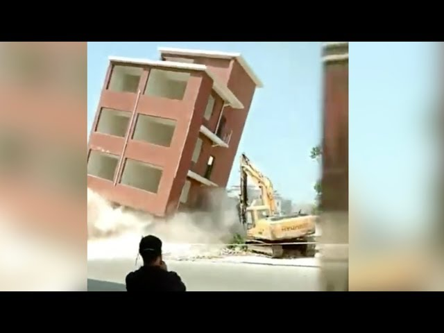 عملية هدم تنتهي بسقوط مبنى على حفار وتعرض سائقه لإصابات خطيرة