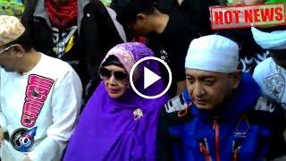 Hot News! Nyekar Ke Makam Alm  Ustad Uje, Tangis Ibunda Pecah - Cumicam 12 April 2017