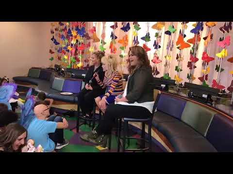 Dolly Parton Visits Children's Hospital