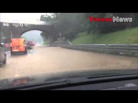 L'Arnetta esonda e invade l'autostrada A8