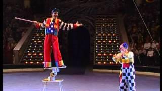 Смотреть онлайн Два клоуна развлекают людей в цирке