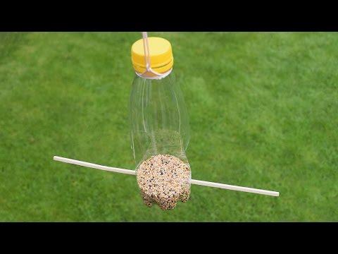Futterstation aus einer Plastikflasche basteln