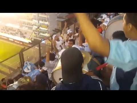 """La hinchada en la bombonera"" Barra: La Vieja Escuela • Club: Bolívar"