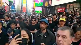 紐約時代廣場,港人快閃唱《願榮光歸香港》