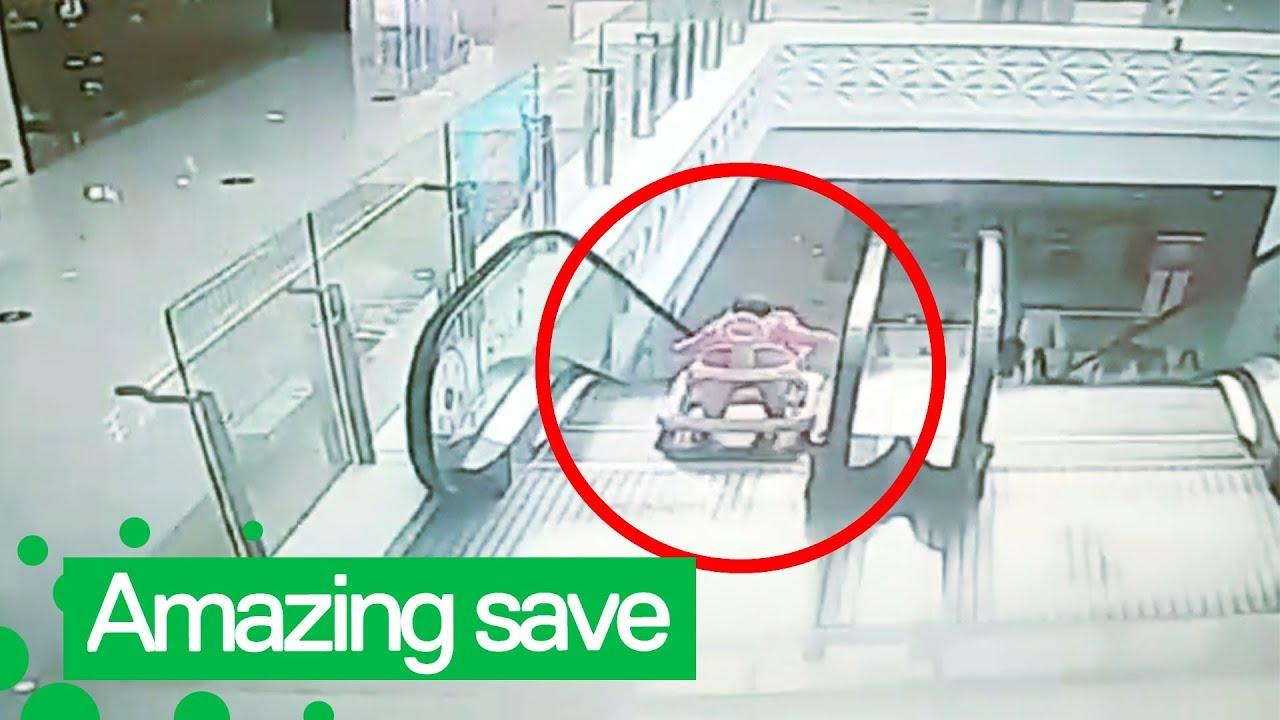 Мужчина спас ребенка, упавшего с эскалатора