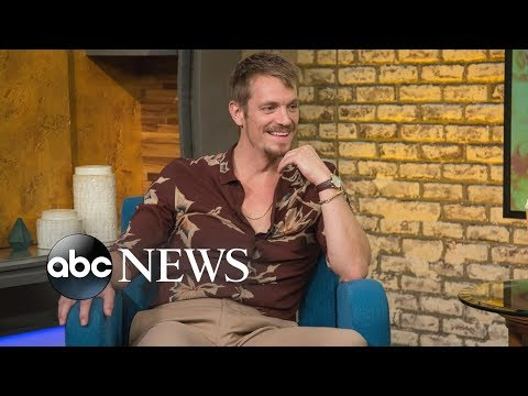 'Altered Carbon' star Joel Kinnaman sings a Swedish tune by Cornelis Vreeswijk