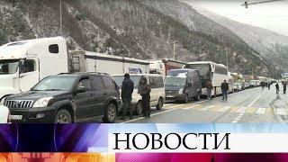 Более 200 машин скопились перед КПП «Верхний Ларс» после закрытия дороги, соединяющая РФ и Грузию.
