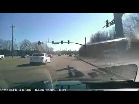 Ελάφι πηδά πάνω από κινούμενο αυτοκίνητο!