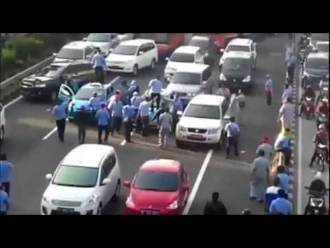 deti-detik kericuhan mobil taxi