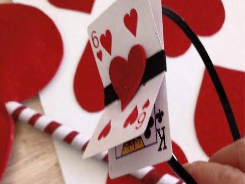 Carnaval.Disfraz de carta de corazón.Diadema de carta de corazones.