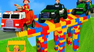 Kinder lernen eine Brücke zu bauen | Geschichten mit Spielzeug