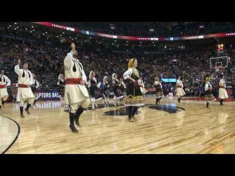 Srpsko kolo na poluvremenu NBA utakmice (video)