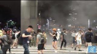 【全程實錄】香港示威者暴力衝擊立法會阻塞道路 有警員血流滿面