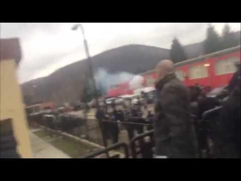 Албанская полиция применяет гранаты против сербов в Косово