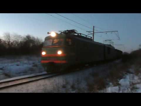 ВЛ10-249 с грузовым поездом и приветливой бригадой