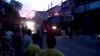 preview picture of video 'The fire brigade extinguishes a fire - Feuerwehr - Thailand - Surat Thani - 06.10.2011'
