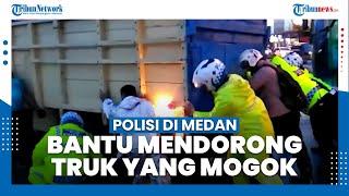 Detik-detik Polisi di Medan Ikut Mendorong Truk Mogok di Jalan