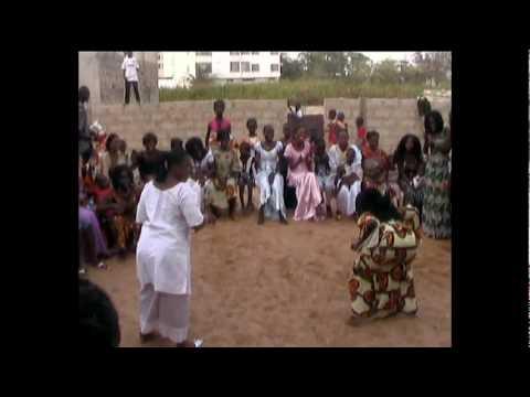 Danse africaine... tout dans les fesses....! No comment....!