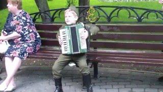Малыш играет на аккордеоне 9 мая !