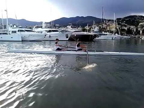 Тренировка гребцов на воде в Италии