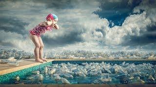 Συγχρονισμένη κολύμβηση ανάμεσα σε πλαστικά