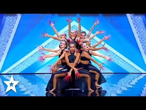 מופע מהפנט של רקדניות צעירות שמופיעות בתיאום מושלם