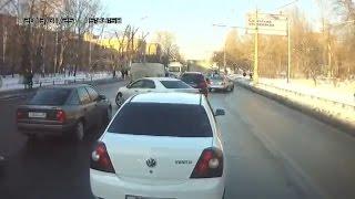 Смотреть онлайн Водитель испугался гаишника и уехал прочь