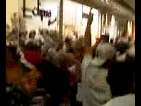 Agora a torcida do São Paulo fica cantando em frente a loja do Corinthians