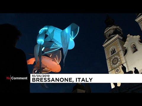 العرب اليوم - شاهد: مخلوقات مائية هائمة تسبح في سماء إيطاليا