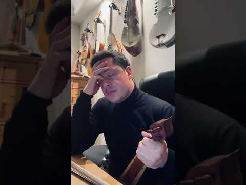 Ο Ματθαίος Τσαχουρίδης μελετά την τεχνική παιξίματος και τραγουδιού του «Πατριάρχη» Γώγου Πετρίδη