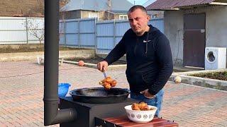 """Хороший рецепт приготовления куриных ножек KFC в домашних условиях. Самый простой и вкусный способ приготовления куриных ножек KFC. Маринад для курицы. KFC Куриные НОЖКИ в Кавказском СТИЛЕ. Курица и блюдо. ENG SUB Видео на YouTube https://youtu.be/2mc6CLMjxEU --------------------------------------------------- Заказать Казаны и Печи - https://shelkoviyput.ru/kazan-pech/kazan-ochag-s-truboj-3mm/ochag-dlya-kazana-plover-5mm-gril-mangal.html --------------------------------------------------- Кухонные Ножи SAMURA ссылка: http://www.samura.ru                 http://www.samura.org Скидка по промокоду """"Kavkaz"""" - 15% на всё. ----------------------------------------------- Мы в социальных сетях:  Инстаграм https://www.instagram.com/georgikavkaz/  Вконтакте  https://vk.com/georgii.kavkaz  facebook     https://www.facebook.com/profile.php?id=100025133140893  Ok.                https://www.ok.ru/profile/589700787993 ------------------------------------------------"""