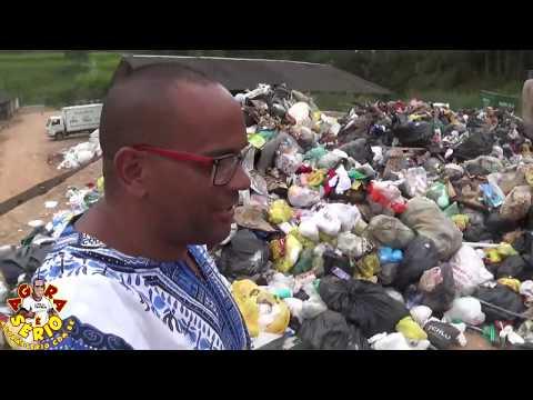 Caminhão da Reciclagem da Prefeitura de Juquitiba sai vazado com o Flagrante do Jornal Agora é Sério