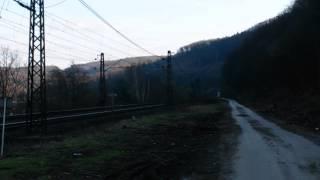 Prejazd osobného vlaku cez priecestie pri Vodnom diele Nosice
